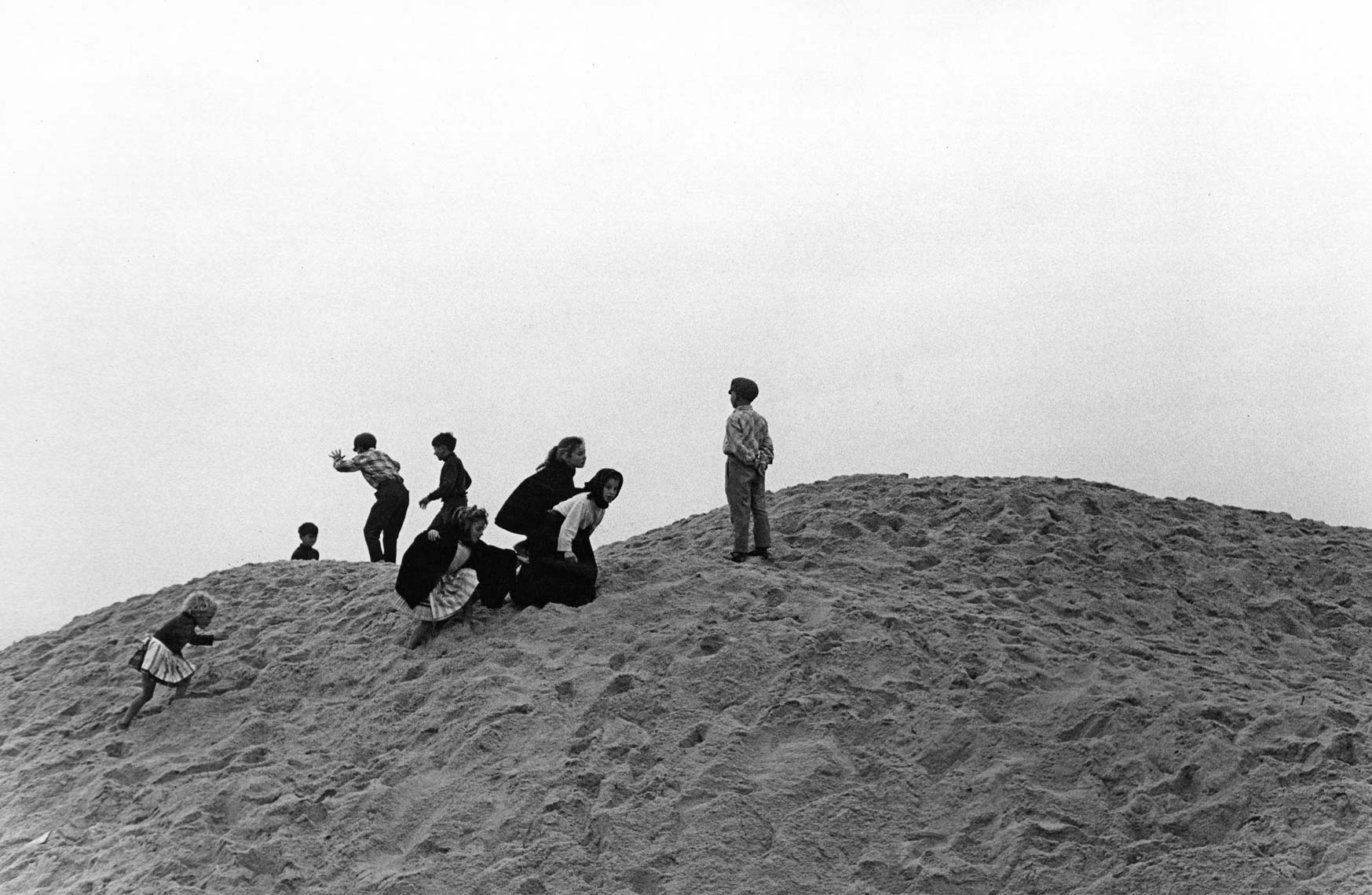 CHILDREN ON NAZARE SAND