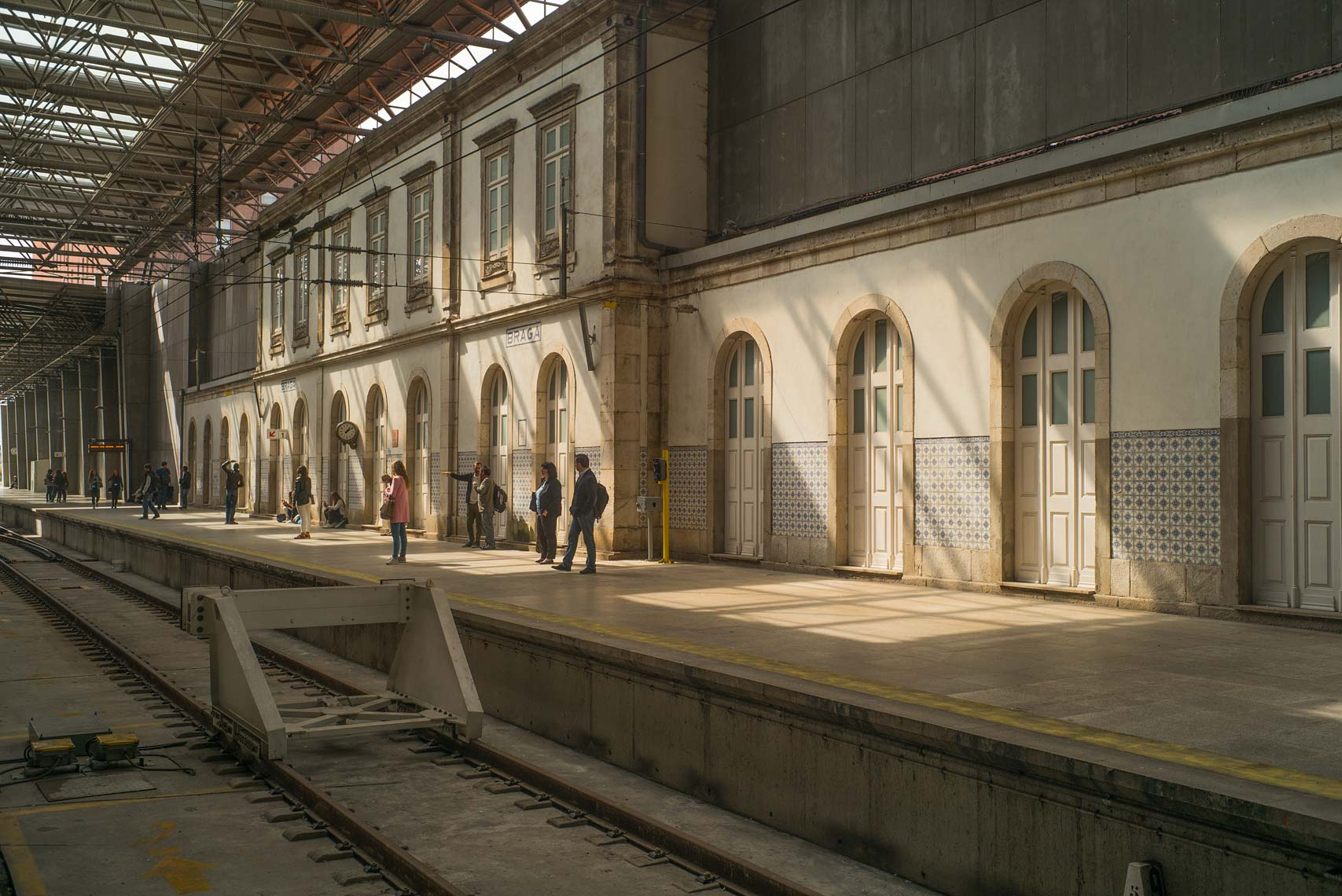 Small-crowd-of-people-on-Braga-RR-station-copy